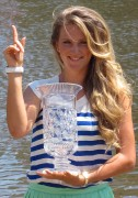 Виктория Азаренко, фото 175. Victoria Azarenka Posing with the Australian Open Trophy along the Yarra River in Melbourne - 29.01.2012, foto 175