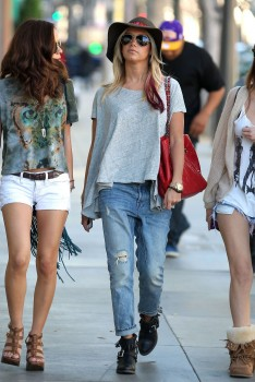 Эшли Тисдэйл, фото 7830. Ashley Tisdale goes out with some friends Santa Monica, march 3, foto 7830